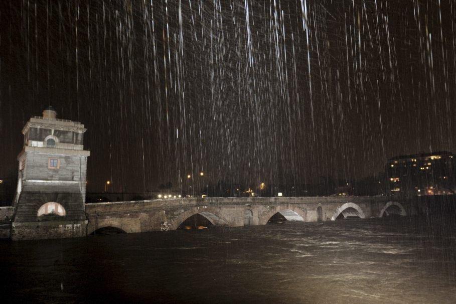 Des images impressionnantes ont ainsi montré samedi le... (PHOTO ANDREAS SOLARO, AFP)