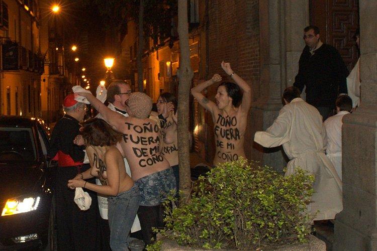 Cinq Femen se sont ruées sur Antonio Maria... (Photo: AFP)