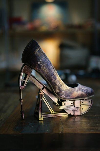 Le talon de cette chaussure, représentant une pompe à pétrole, a été fait grâce à la technique de l'Impression 3D. (Photo Martin Chamberland, La PressePhoto Martin Chamberland, La Presse)