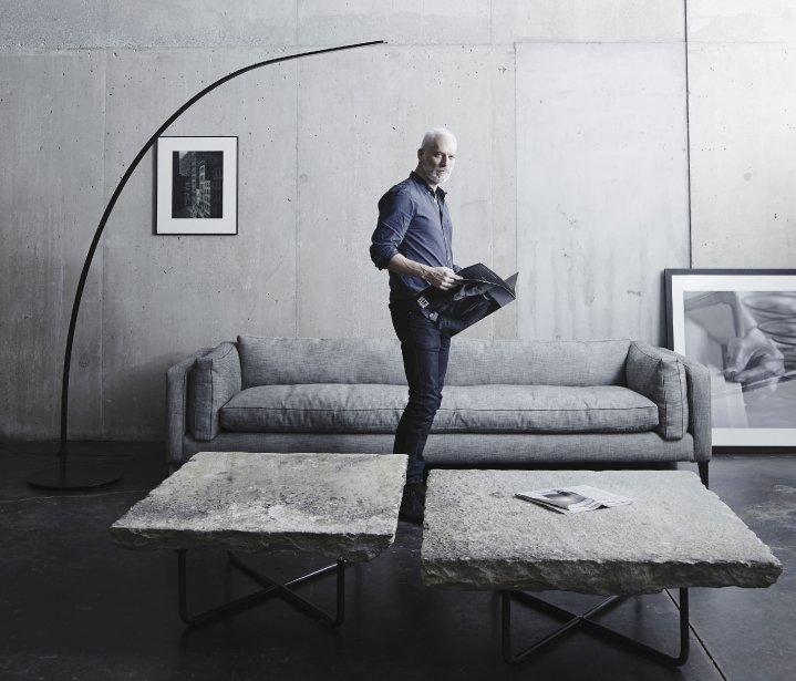 Parmi les plus récents modèles de canapés de l'entreprise montréalaise Montauk Sofa, il y a le Harris. Il est composé de mousse, de plumes et de duvet, ainsi que d'une structure en érable (7100$ pour un modèle de 96 po de longueur sur 40 po de profondeur). Baptisée Florentine, la table à café est surmontée de granit naturel provenant d'Italie (8600$). (PHOTO FOURNIE PAR MONTAUK SOFA)