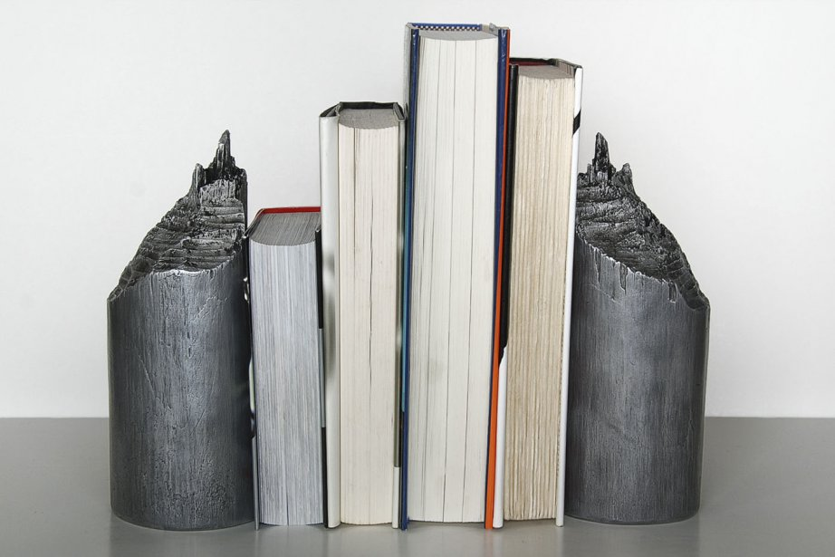Derrière l'appuie-livres Projet Barrage, il y a une histoire: «Nous avons, d'abord, trouvé un tronc d'arbre rongé par un castor. Ensuite, nous l'avons fait reproduire en aluminium par l'Atelier du bronze d'Inverness», raconte Simon Devost, cofondateur du collectif montréalais Les Archivistes. Prix: 995$ pour un appuie-livres, qui sert aussi de bloque-porte, accompagné d'une pochette en fourrure de castor. (PHOTO FOURNIE PAR LES ARCHIVISTES)