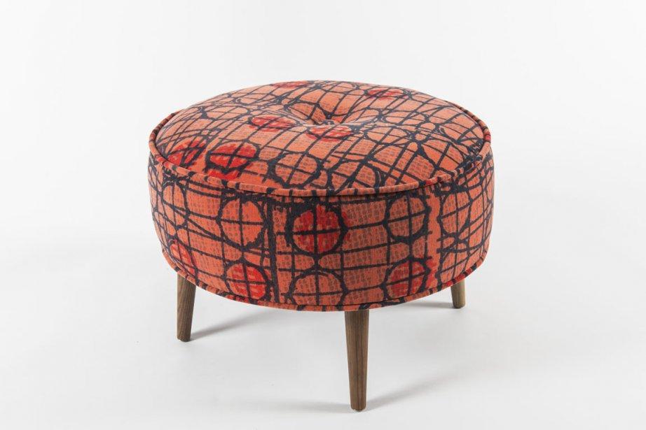 Un motif vintage corail sérigraphié à la main donne du style à ce pouf rond signé Foutu Tissu, une entreprise québécoise de création textile et de rembourrage écoresponsable. Prix : 265$. (PHOTO FOURNIE PAR FOUTU TISSU)