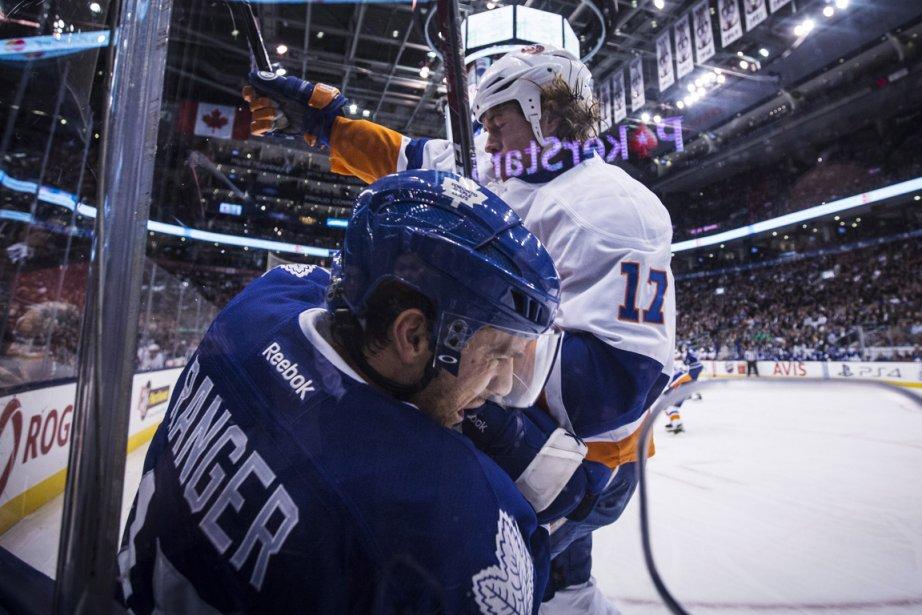 Sur la photo, Matt Martin, des Islanders, met... (Photo Mark Blinch, archives PC)