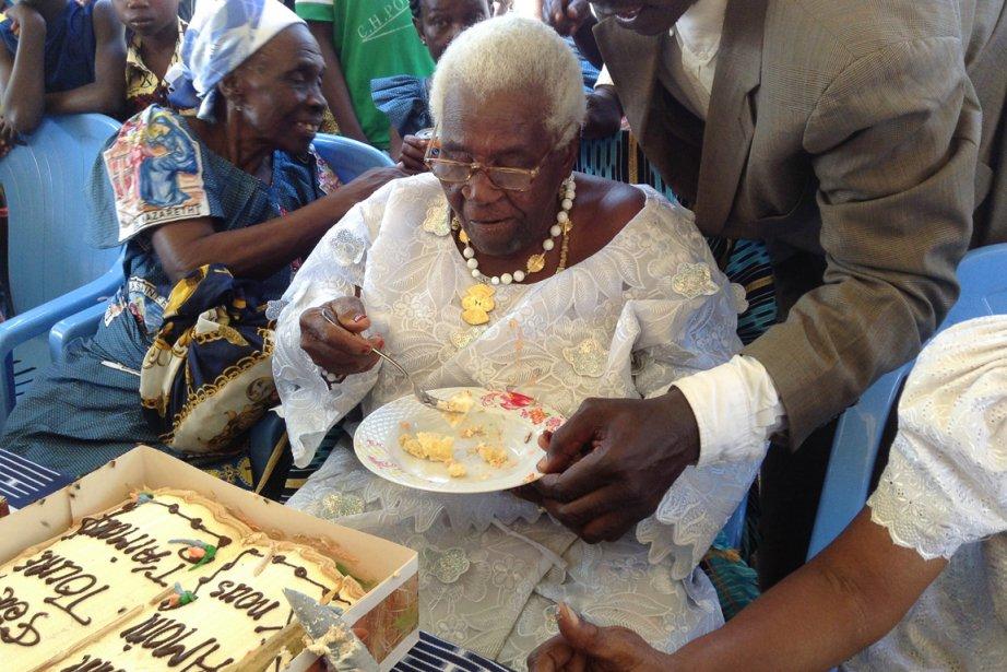 Alors que son gâteau d'anniversaire annonce un centenaire... (Photo AFP)