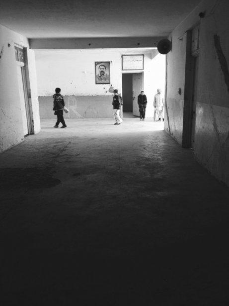 Construite par des Canadiens en 2009, l'école Saeed Jamaluldin Afghan de Kandahar doit composer avec un toit qui coule, des murs fissurés et seulement 12 toilettes (dont 6 sont fonctionnelles) pour 2600 élèves. (Photo Michèle Ouimet, La Presse)