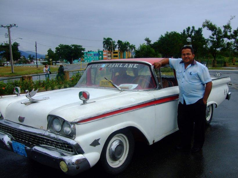 Ce chauffeur de taxi de Santiago de Cuba est fier de sa Ford Fairlane de 1959. (Photo Andrée Lebel, La Presse)