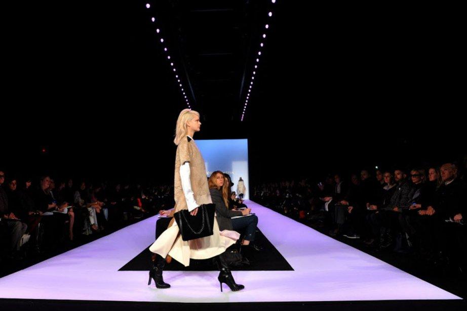De vastes vestes de moto en agneau à poils longs, un grand poncho blanc en lapin, des bottes en cuir noir au genou, et d'énormes manchons de fourrure pour réchauffer une robe à dos nu, la femme BCBG Max Azria était résolument parée pour l'hiver. (PHOTO Stan Honda , AFP)