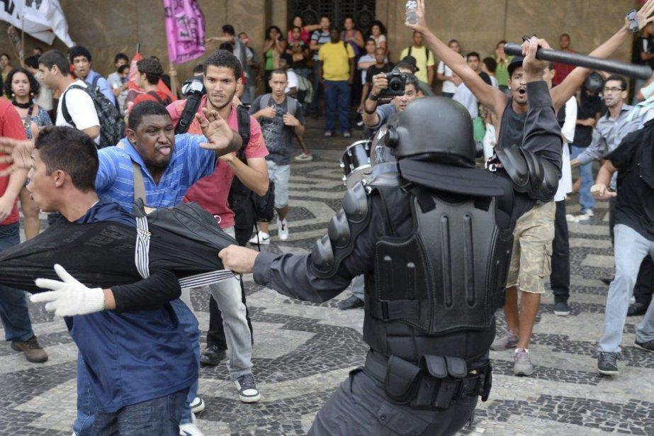 Les incidents ont éclaté quand les policiers ont... (PHOTO VANDERLEI ALMEIDA, AFP)