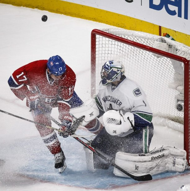 Roberto Luongo défend le filet des Canucks contre un assaut de Rene Bourque. (Photo Olivier Pontbriand, La Presse)