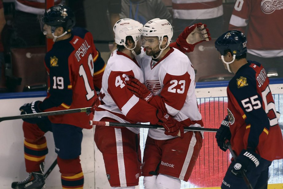Darren Helm (43) et Brian Lashoff (23) célèbrent... (Photo J. Pat Carter, Associated Press)