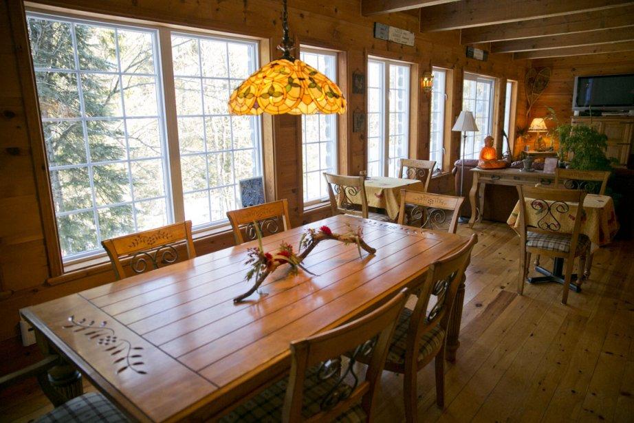 Au gîte, la salle à manger se trouve dans une pièce lumineuse, avec vue sur la rivière. (Photo David Boily, La Presse)
