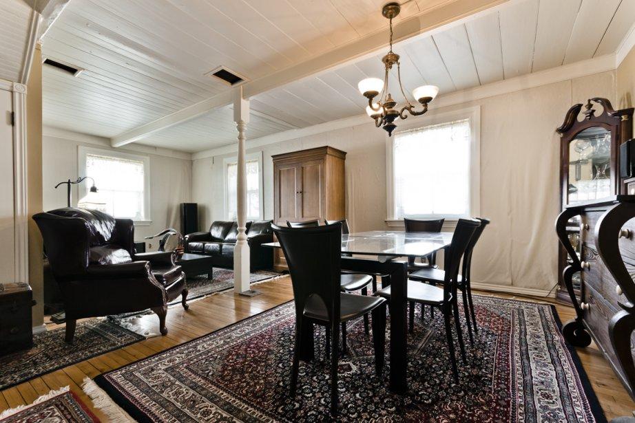 Parquet d'origine, poutres apparentes et plafond en planches bouvetées exacerbent l'impression d'être dans une maison de près de 150 ans. L'ensemble est modeste, puisqu'il s'agit de la résidence d'un ancien cultivateur, et l'actuel propriétaire apprécie cette simplicité. (Photo fournie par Sotheby's International Realty Québec)