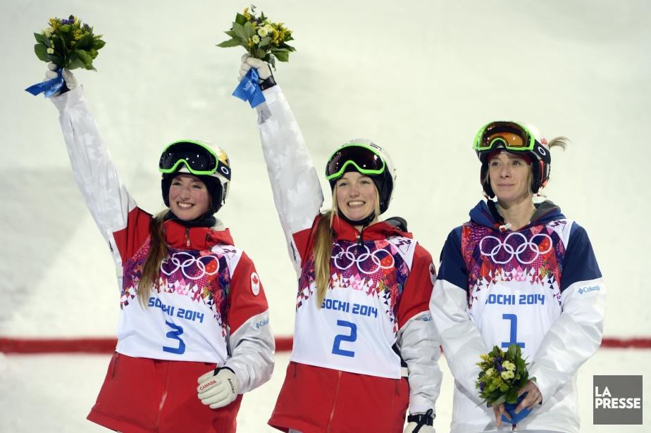 Justine Dufour-Lapointe (au centre) célèbre sa médaille d'or... (Photo Bernard Brault, La Presse)