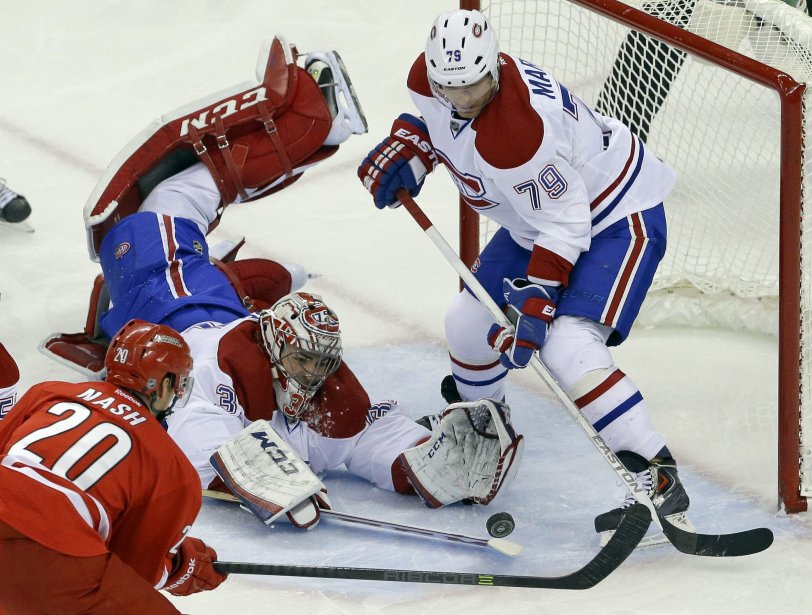 Carey Price et Andrei Markov bloquent le tir de Riley Nash. (Photo Gerry Broome, AP)