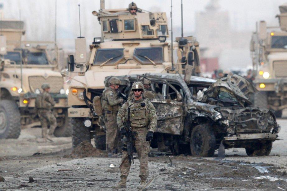 «Un kamikaze a lancé une Corolla bourrée d'explosifs... (PHOTO MOHAMMAD ISMAIL, REUTERS)