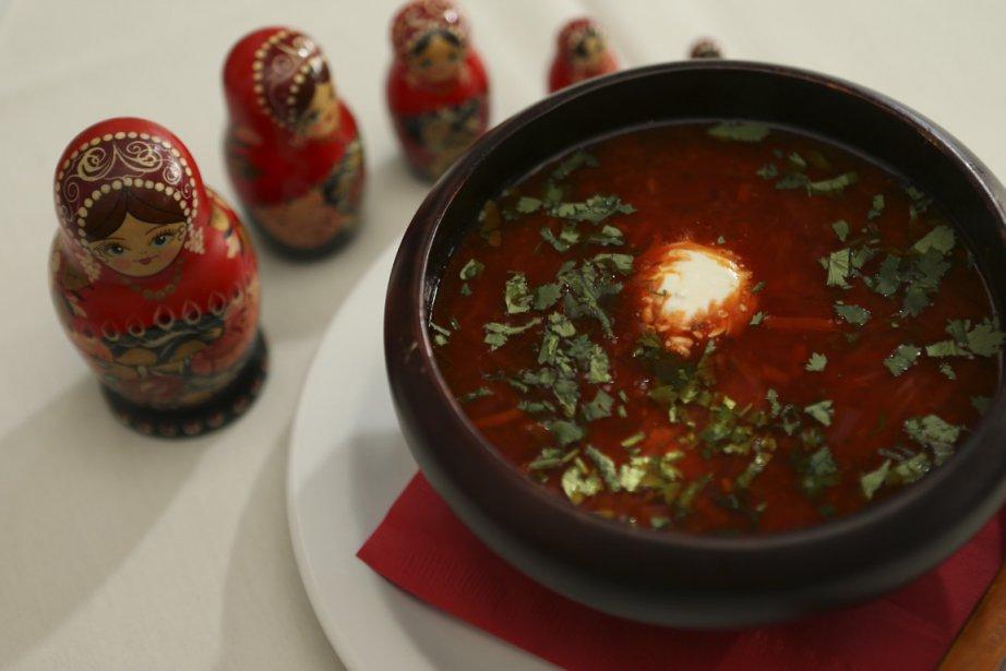 Servez le bortsch chaud, assaisonné d'une cuillerée de crème et d'une généreuse pincée de persil et d'aneth. (Photo Martin Chamberland, La Presse)