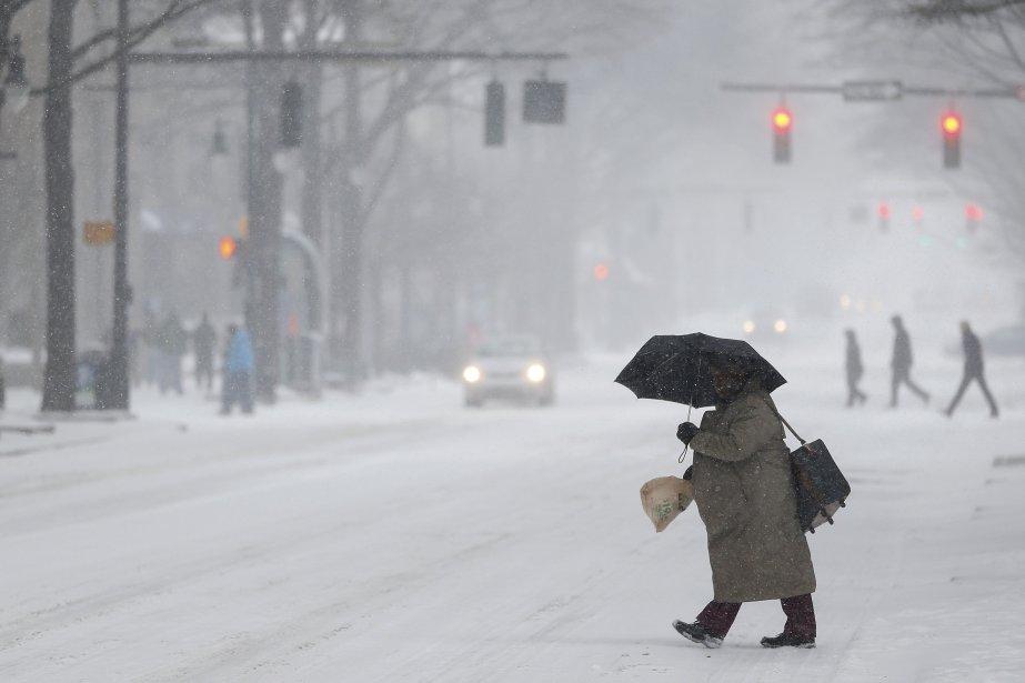 Un piéton traverse une rue enneigée de Charlotte... (Photo Chris Keane, Reuters)