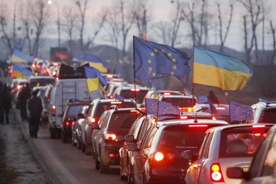 Des centaines de manifestants pro-européens se sont rassemblés... (PHOTO GLEB GARANICH, REUTERS)