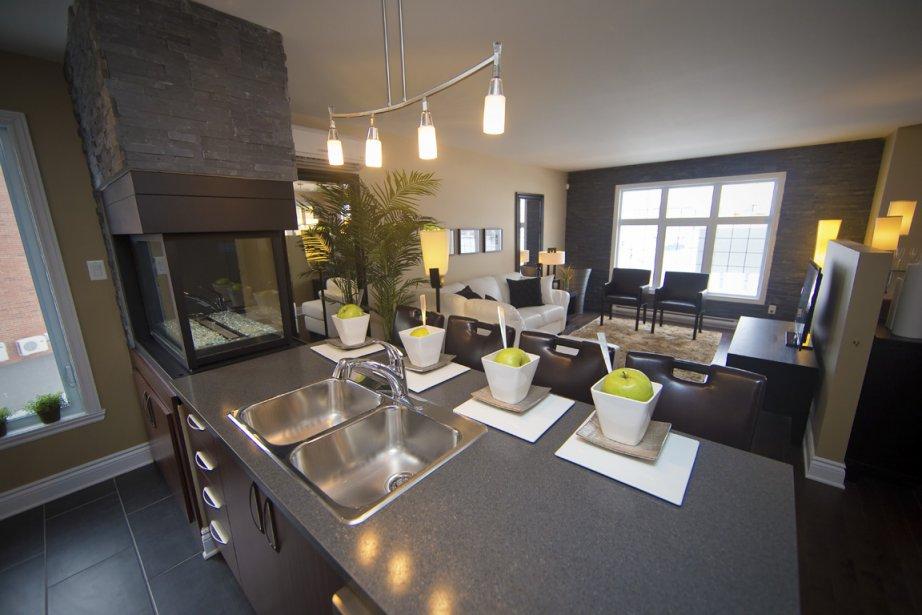 Dotée d'un garage double privé, cette unité est aménagée sur trois niveaux. La cuisine, ouverte sur le salon et la salle à manger, se trouve à l'étage supérieur. (Photo André Pichette, La Presse)