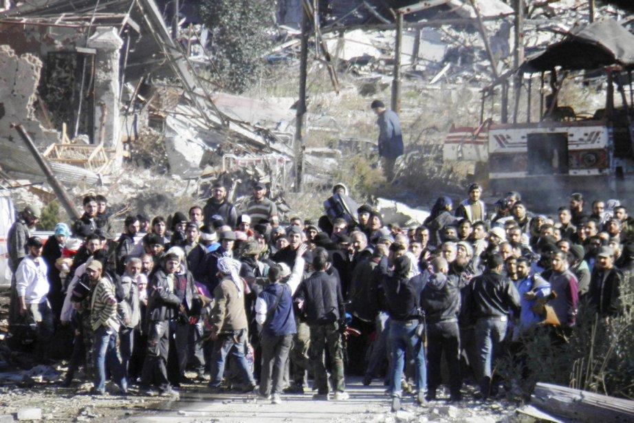 Des civils attendent d'être évacués de Homs, le... (PHOTO THAER AL KHALIDIYA, REUTERS)