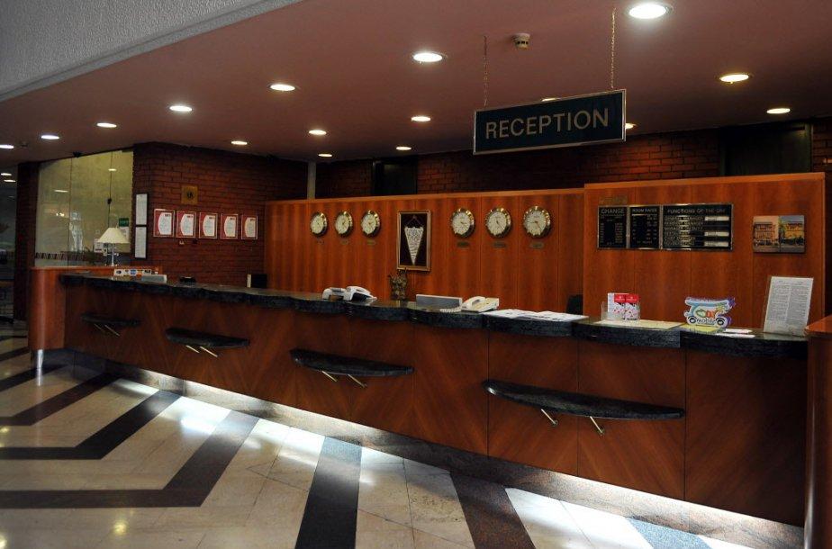 L'accueil de l'hôtel est fermé, sauf pour les... (Photo ELVIS BARUKCIC, AFP)