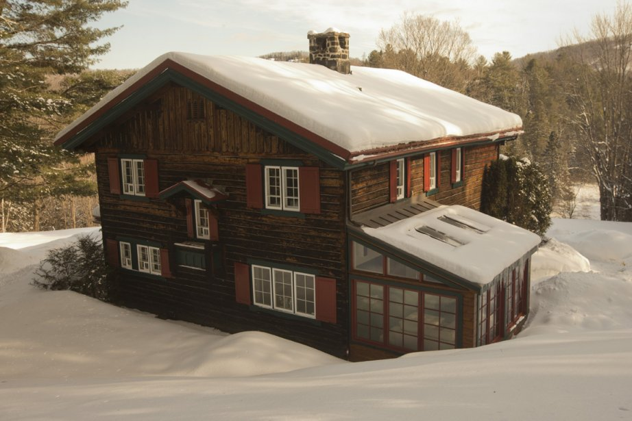 La maison en cèdre, pièce sur pièce, date de 1933; pourtant, le toit a été végétalisé dès cette époque! Le solarium, dans lequel se trouve un bureau, est un ajout à la construction d'origine. Toutes les fenêtres du rez-de-chaussée, donnant sur la rivière du Nord à l'arrière, ont été changées. (Photo Ivanoh Demers, La Presse)