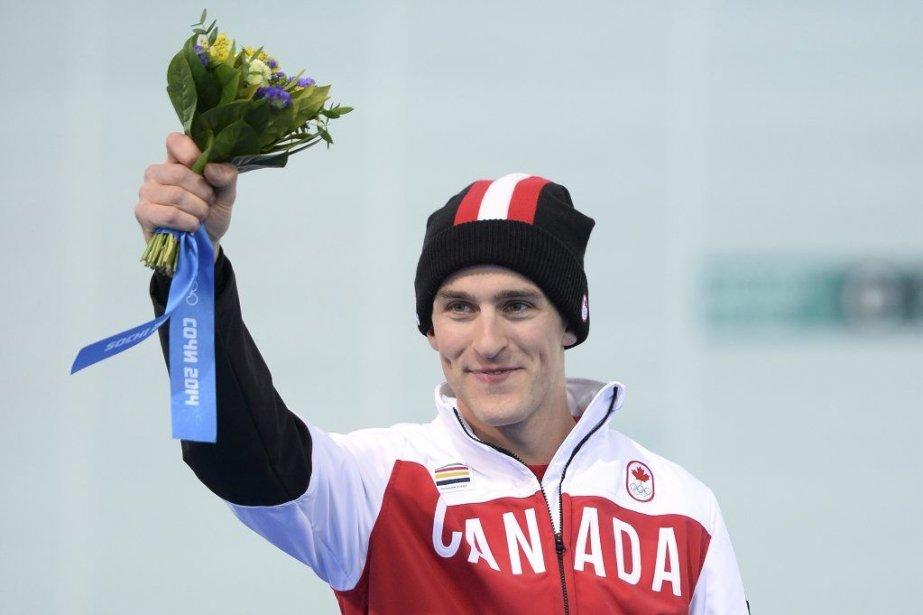 Denny Morrison célèbre sa médaille d'argent au1000 mètres.... (PHOTO JUNG YEON-JE, AFP)