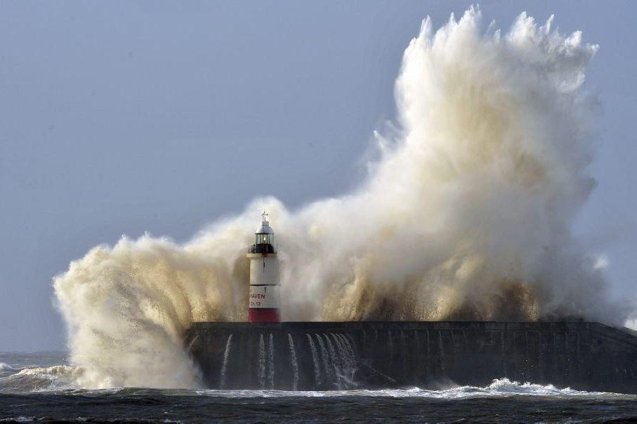 Quelque115 000 foyers privés d'électricité entre le Royaume-Uni... (PHOTO GLYN KIRK, AFP)