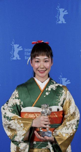 Haru Kuroki a reçcu l'Ours d'argent de la meilleure actrice pour son rôle dans  «The Little House». (PHOTO TIM BRAKEMEIER, AP)