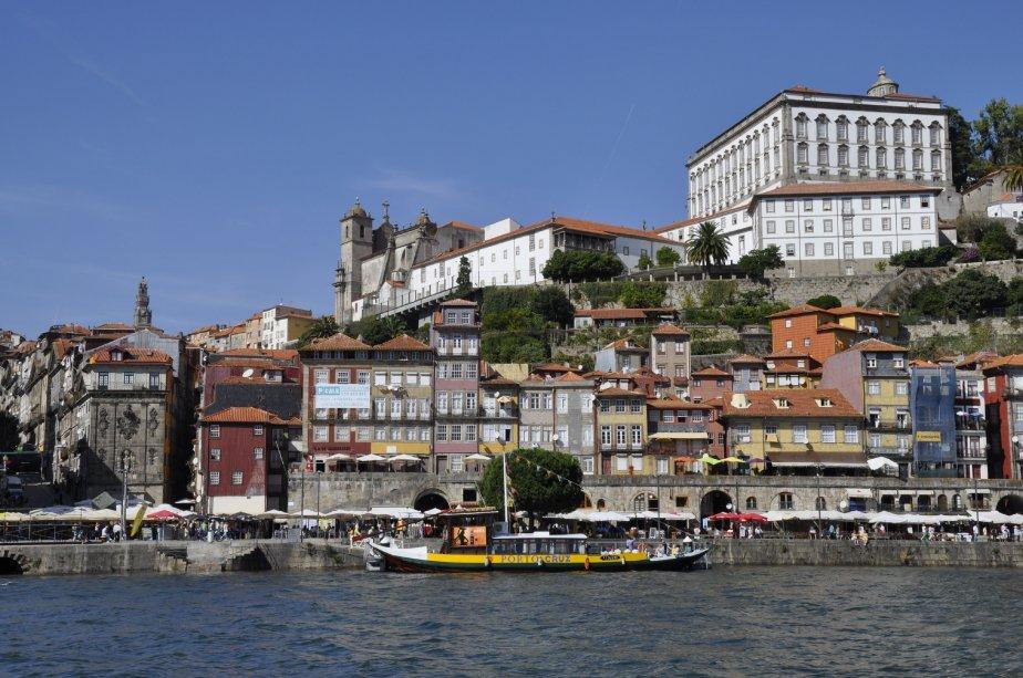 Les maisons arc-en-ciel de Porto surplombent le fleuve Douro. (Photo Stéphanie Morin, La Presse)