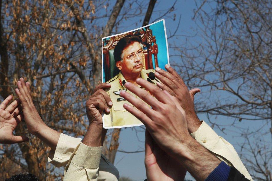 Des partisans de Musharraf brandissent une photo à... (PHOTO MIAN KHURSHEED, REUTERS)