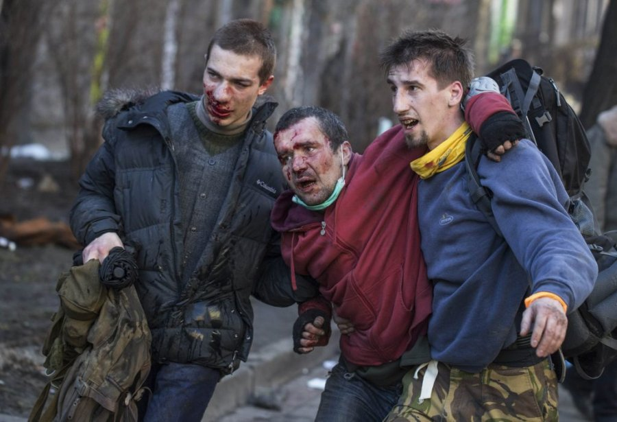 Plus tôt dans la journée de mardi, des personnes blessées après des affrontements avec la police.   18 février 2014