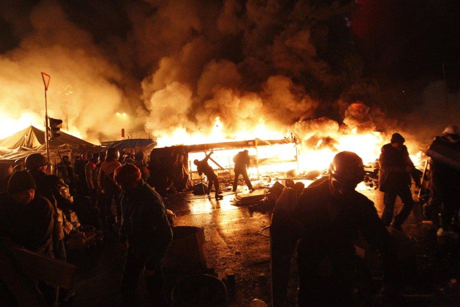 Le camp des manifestants est en feu, Place de l'indépendance,... | 2014-02-18 00:00:00.000