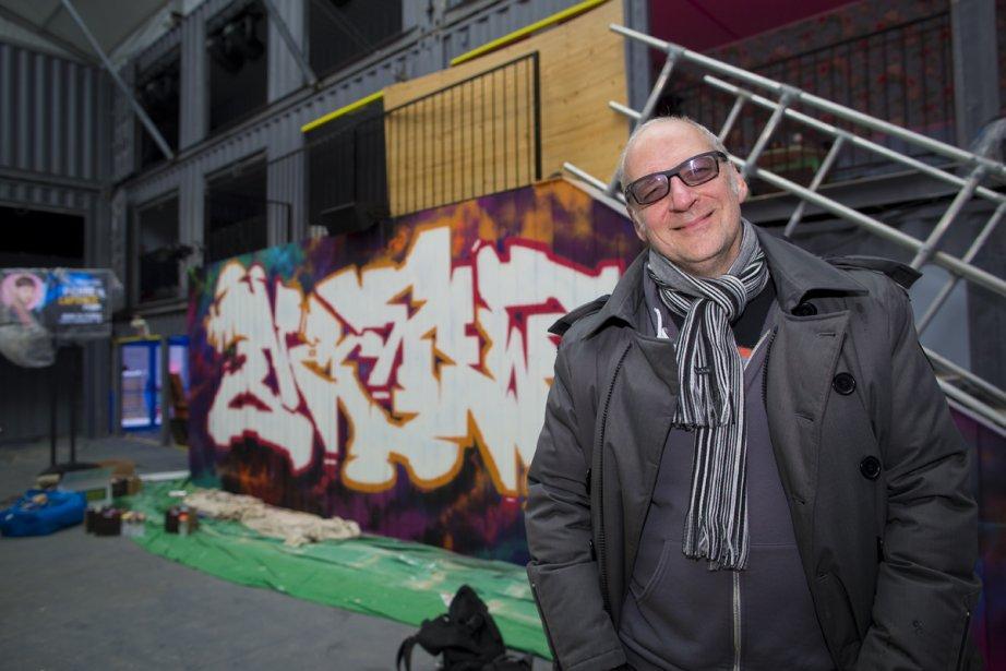 Laurent Saulnier est dans la cour RBC, où l'on retrouve une impressionnante structure composée de conteneurs. (Photo: André Pichette, La Presse)