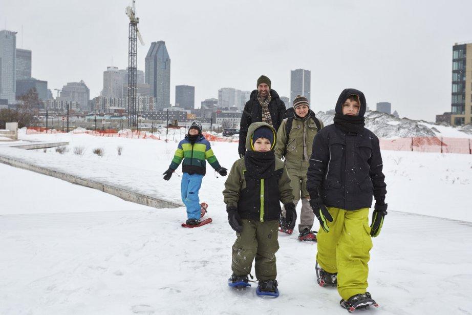 Vive la neige! Tous les membres de la famille Nunes-Jacques ont mis leurs raquettes pour parcourir les abords du canal de Lachine. (Photo Ulysse Lemerise, collaboration spéciale)