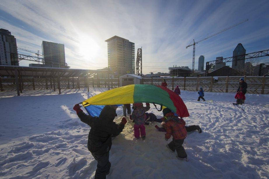Les enfants de la garderie Bonne Aventure jouent en toute sécurité sur la vaste terrasse aménagée sur le toit de l'immeuble. (Photo Ulysse Lemerise, collaboration spéciale)