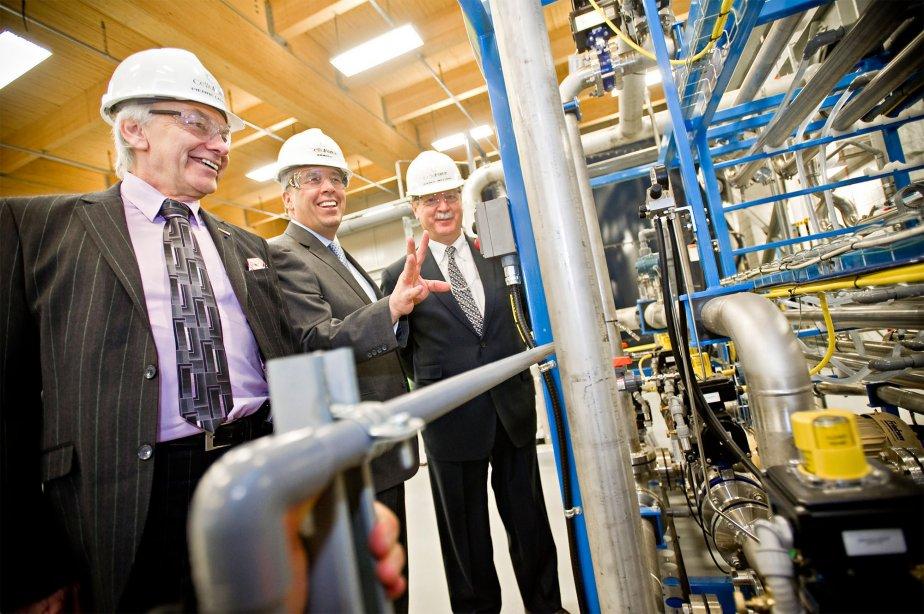 Pierre Lapointe (à gauche), président de FPInnovations, et... (PHOTO CNW/CELLUFORCE)