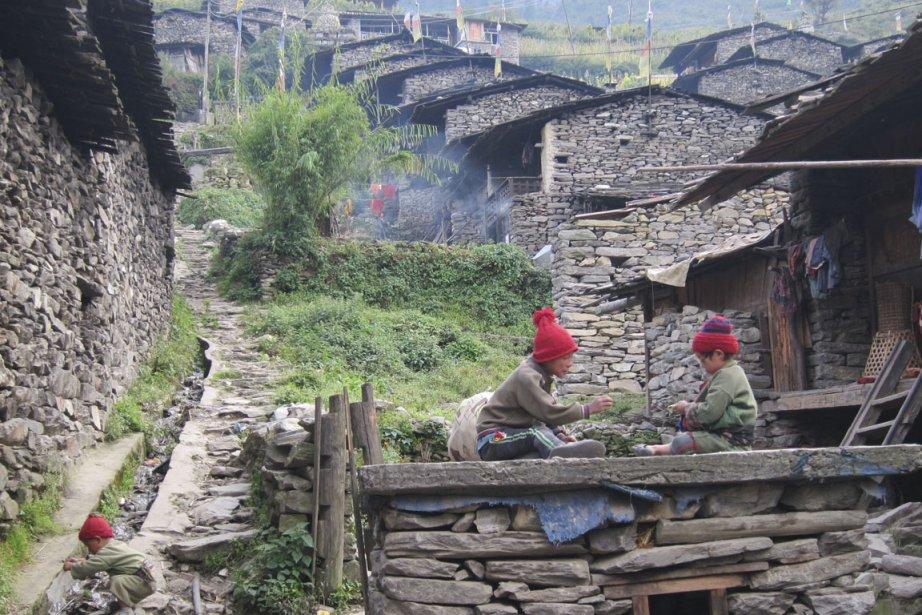 Gatlang compte une centaine de maisons identiques, murs en pierres nues, toit de planches et façade en bois sculpté, typiques de l'architecture Tamang. (Photo Rodolphe Lasnes, collaboration spéciale)
