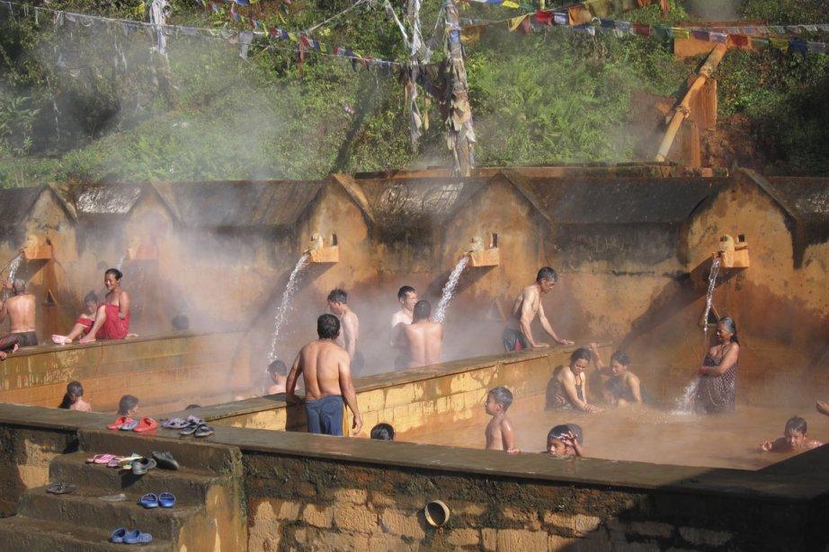 À mi-chemin de la randonnée, les sources de Tatopani permettent de se prélasser dans une eau à 40 °C. Saturée en fer, cette eau rougeâtre, soi-disant excellente pour les articulations et le sommeil, attire de nombreux curistes népalais dans ce petit village. (Photo Rodolphe Lasnes, collaboration spéciale)
