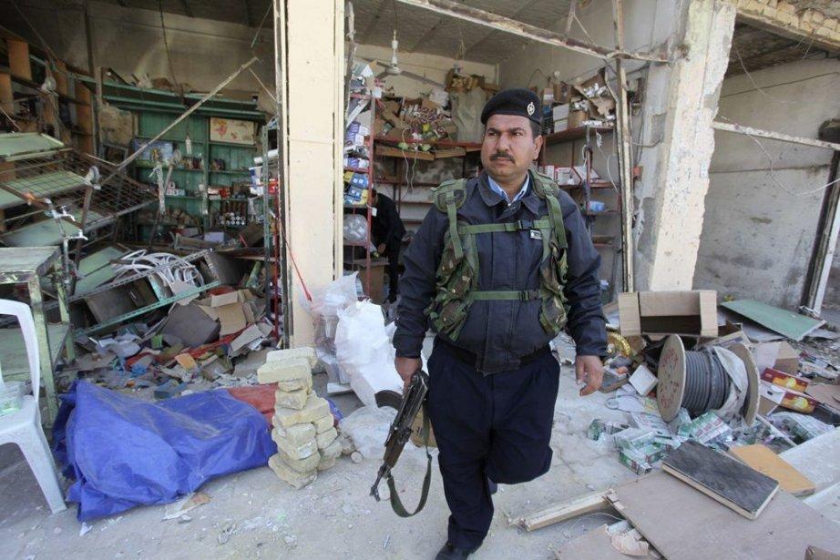 Un policier inspecte un secteur de Hilla, une... (Photo Alaa Al-Marjani, REUTERS)
