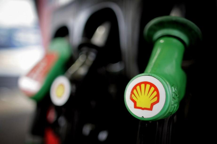 Le géant pétrolier Royal Dutch Shell a annoncé... (PHOTO LEON NEAL, ARCHIVES AFP)