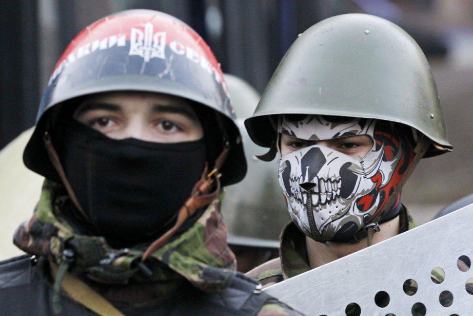 Des opposants au président Ianoukovitch sur la place... (PHOTO BAZ RATNER, REUTERS)