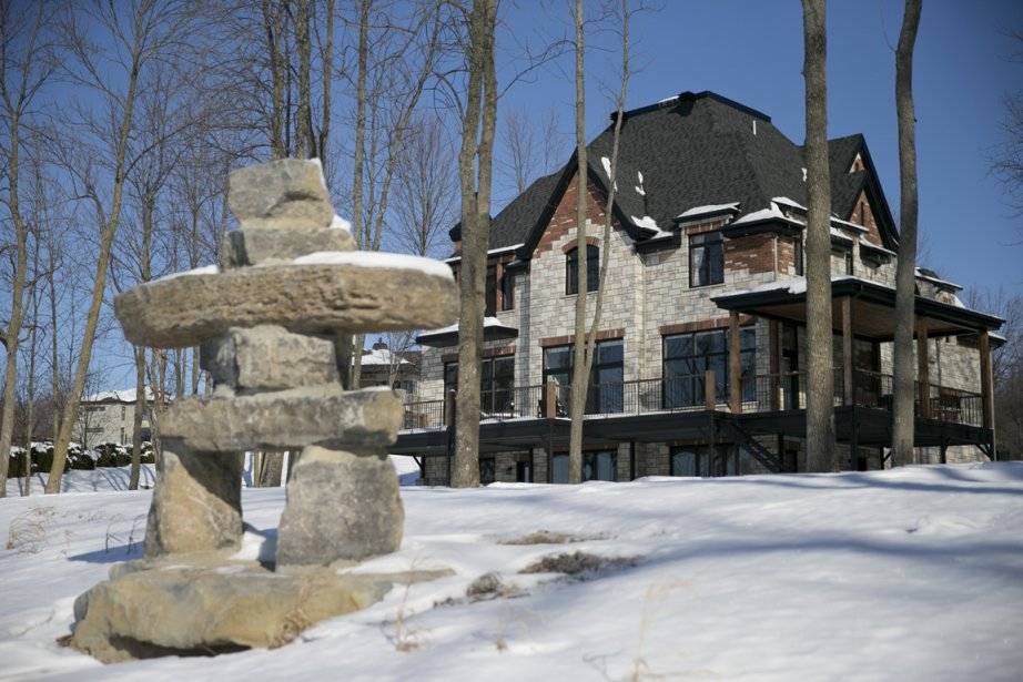 Amateur de pêche dans le Grand Nord, le propriétaire a construit un inukshuk avec les restes de la pierre ayant servi à construire des murets sur le terrain. Une terrasse ceinture toute la maison du côté du lac, et elle est couverte par endroits pour permettre de rester dehors même lorsqu'il pleut. (Photo David Boily, La Presse)