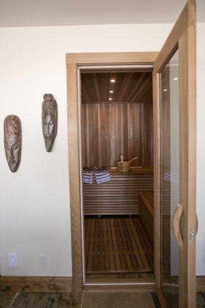 Un sauna construit selon les règles de l'art s'ajoute au bain à remous installé sur la partie inférieure de la terrasse pour donner un côté très relax à cette maison qu'on croirait isolée dans la campagne, et pourtant si près de la ville. (Photo David Boily, La Presse)