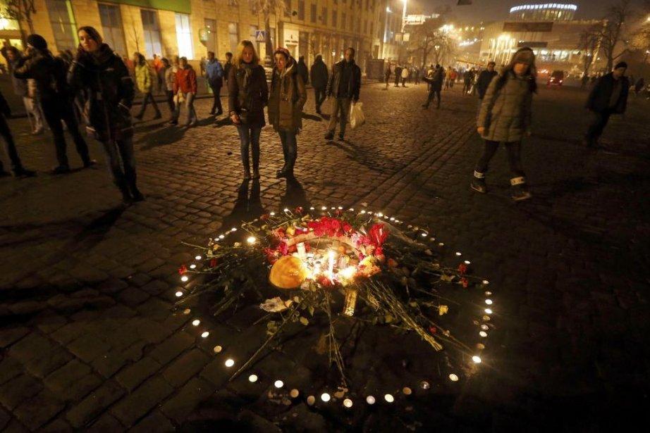 Fleurs et bougies sont déposées à la mémoire... (Photo Reuters)