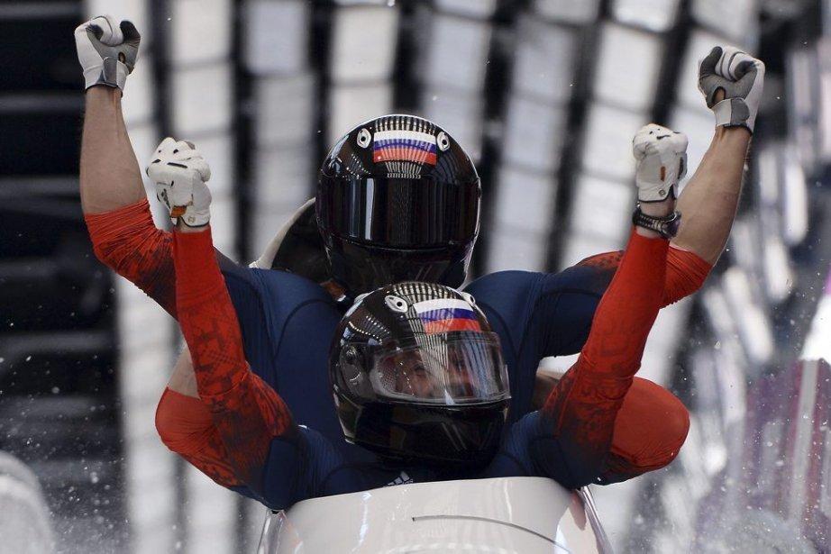 L'équipage champion formé d'Alexandr Zubkov, d'Alexey Voyevoda, de... (PHOTO DIMITAR DILKOFF, AFP)