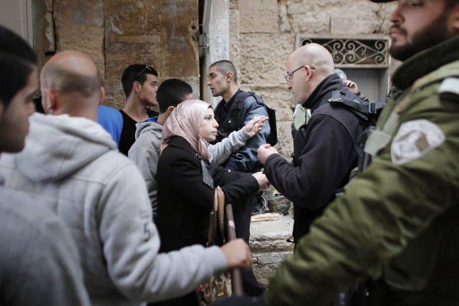 Une Palestinienne argumente avec un agent de sécurité... (PHOTO AHMAD GHARABLI, AFP)