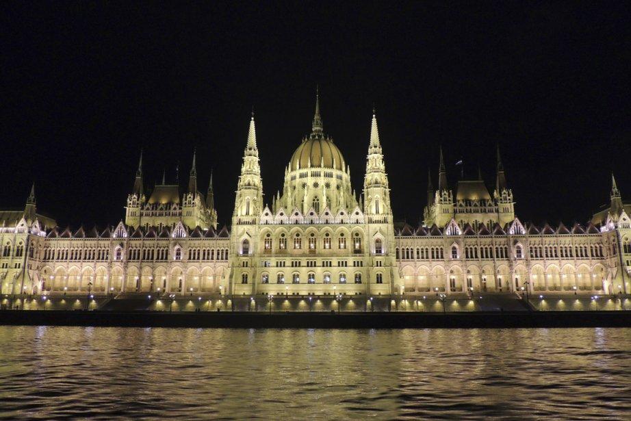 Une visite à Budapest est incompète sans une balade en bateau, la nuit, pour voir le parlement. (Photo Sarah-Émilie Nault, collaboration spéciale)