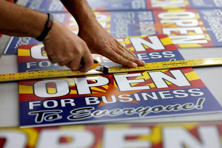 Des commerçants opposés au projet de loi ont... (Photo: AP)