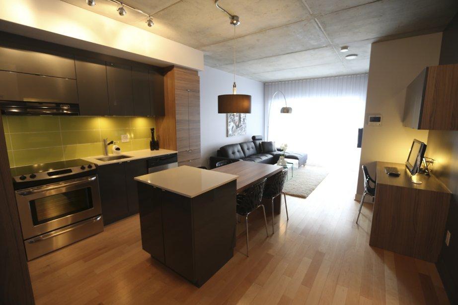 Dans ce condo d'environ 645 pi2 au plafond de béton mat, un coin bureau a été privilégié. (Photo Martin Chamberland, La Presse)